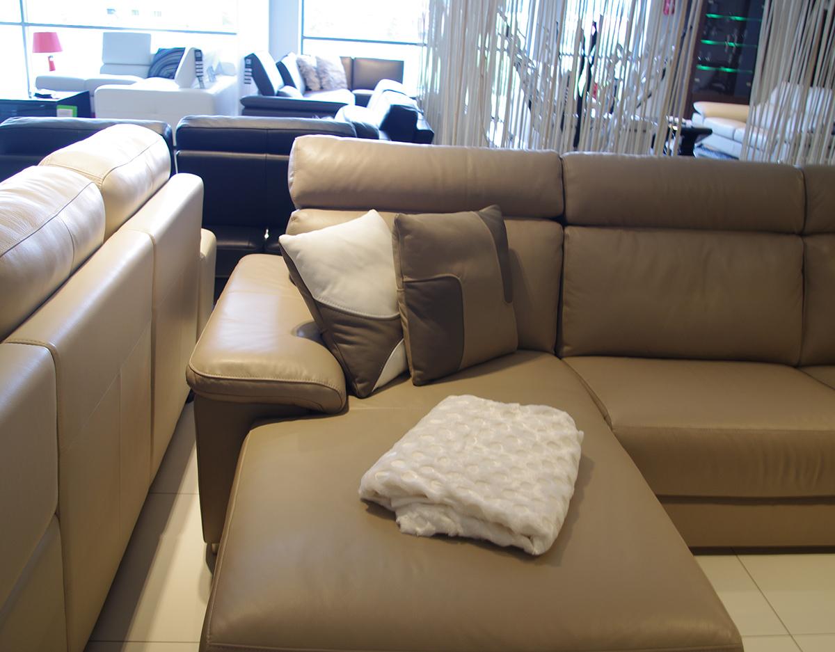 poduszki nowoczesne kształty brązowe i białe