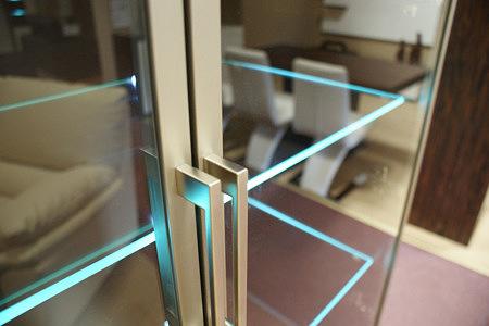mezzo2 szklane półki w meblu podświetlane ledami