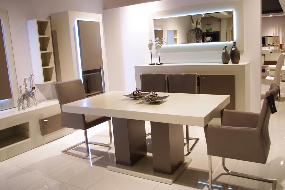 sevilla biały stół na jednej nodze krzesła beżowe na metalowej płozie