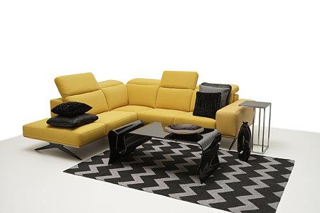 Giotto pomysł aranżacja salonu żółta sofa skórzana czarny dywan i ława szklana