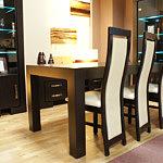 Barcelona ciemny stół jasne krzesła drewniene