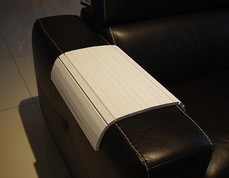 Biała drewniana nakładka na bok sofy