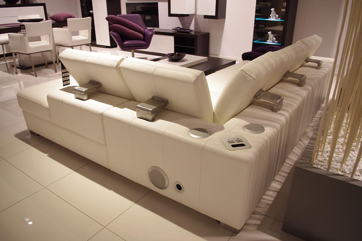 biała sofa narożnik z podnoszonymi zagłówkami