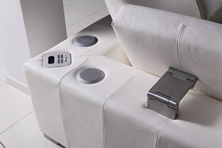 biała sofa skórzana z ruchomym zagłówkiem