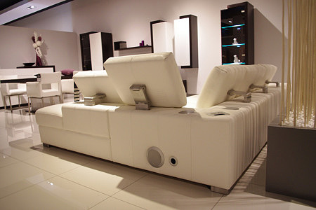Sofa biała skóra z podnoszonymi zagłówkami