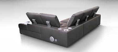 brązowa sofa z systemem multimedialnym głośnikami
