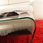 Cosa violino ława szklana czerwony dywan kremowa sofa