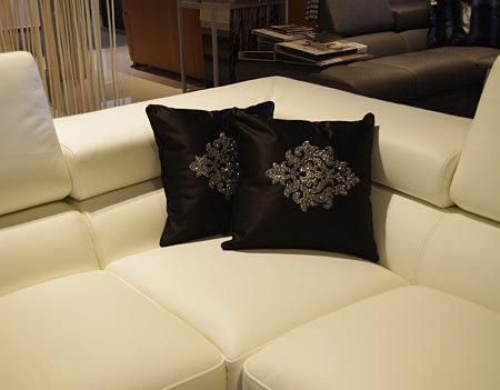 Czarna poduszka ze złotym wzorem kwiatowym