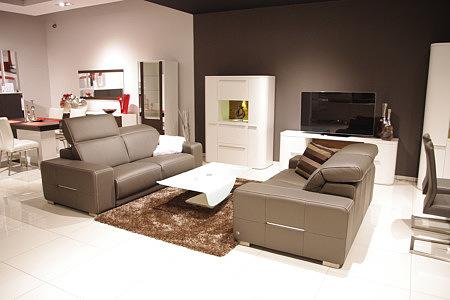 Domino - nowoczesny komplet wypoczynkowy, dwie sofy skórzane brązowe, przykładowa aranżacja salonu z nowoczesnymi sofami i białymi meblami