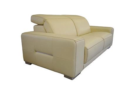 Domino - nowoczesna kremowa sofa skórzana z zagłówkami, kontrastowe szycie grubą nicią w kolorze brązowym