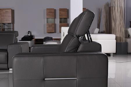 Domino - sofa czarna, skóra naturalna, prezentacja sposobu podnoszenia zagłówków w sofie
