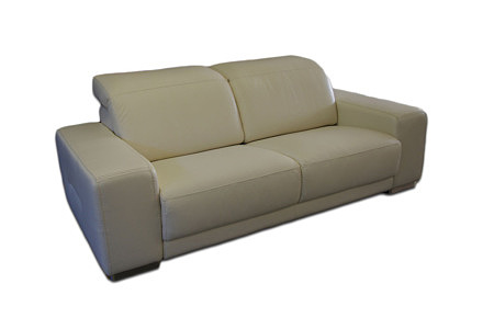 Domino - kremowa sofa skórzana dwuosobowa z zagłówkami i masywnymi bokami