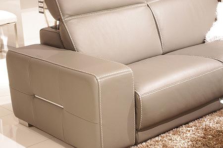 Domino - brązowa sofa skórzana, przeszycie grubą nicią, prezentacja detalu wykonania boku sofy