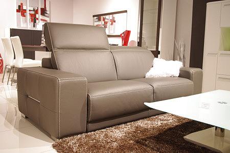 Domino - sofa skórzana z zagłówkiem regulowanym, brązowa sofa skórzana w aranżacji przykładowego wnętrza salonu, biała ława szklana, białe meble