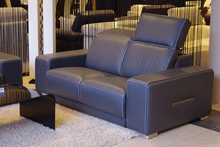 Domino - sofa czarna skóra naturalna, aranżacja prezentacja we wnętrzu nowoczesnego salonu