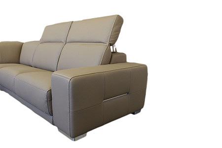 Domino - brązowa sofa skórzana z zagłówkami regulowanymi, można je postawić, położyć bądź ustawić w dowolnej pozycji, w zależności od potrzeb