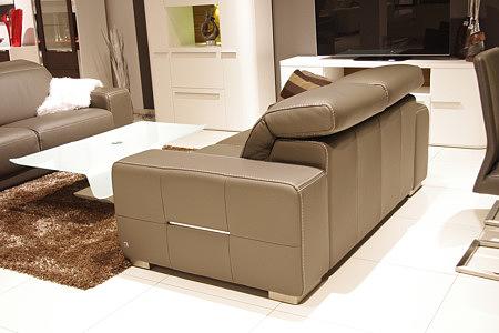 Domino - brązowa sofa skórzana z regulowanymi zagłówkami, nowoczesny wypoczynek skórzany w aranażacji salonu z białą ławą szklaną i białymi meblami