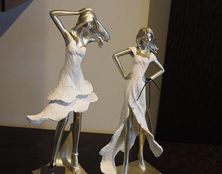 figurka ozdobna kobieta w sukience biała suknia