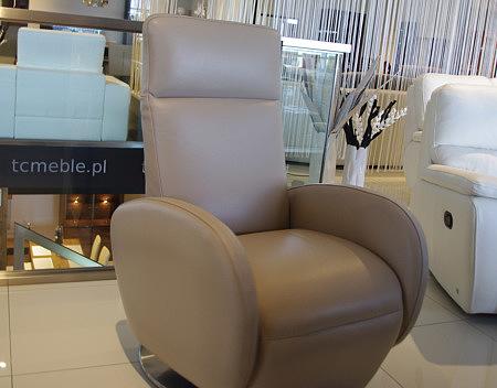 fotel obrotowy rozkładany skórzany kolor beżowy