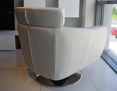 fotel obrotowy skórzany z pełnym zagłówkiem ze stopą z metalu