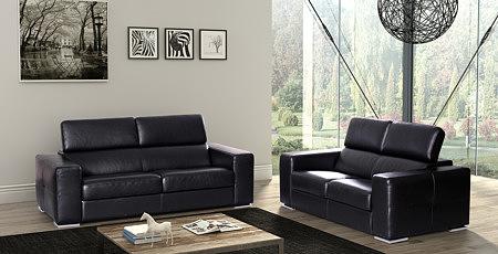 Genesis dwie sofy w salonie czarne skórzane