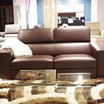 Genesis sofa z brązowej skóry w salonie