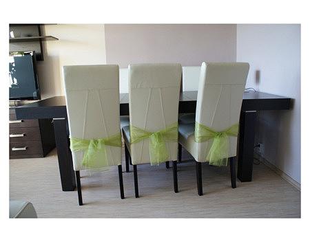 kalifornia białe krzesła przy stole