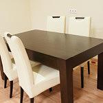 kanada2 białe krzesła przy ciemnym stole dębowym