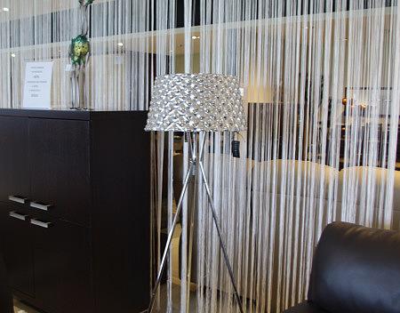 metalowa lampa stojąca do salonu biała