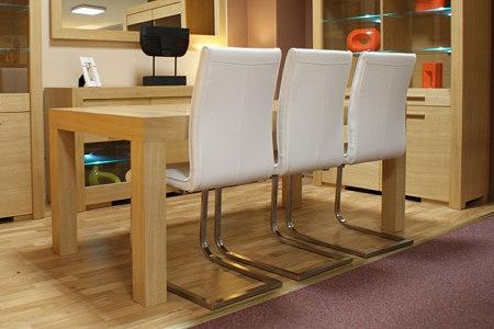 Mezzo stół dębowy do salonu białe krzesła