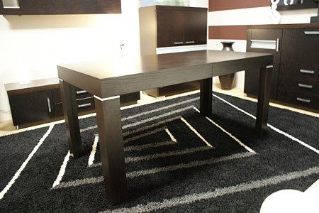 monaco stół dębowy ciemny dywan z białymi akcentami