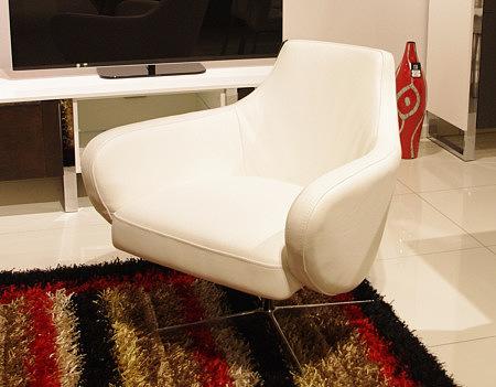 Nowoczesny mały fotel obrotowy biały stopa metalowa