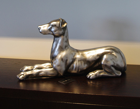 ozdobna figurka psa metalowa srebrna polerowana