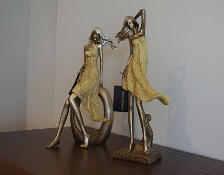ozdobne figurki kobiet w sukienkach