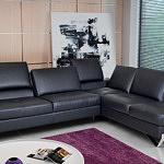 Party - nowoczesny czarny skórzany narożnik do salonu z pikowanymi siedziskami, systemem audio, przesuwanymi oparciami i chromowanymi nogami