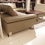Party - skórzany wypoczynek do salonu, widok z boku pokazujący przesuwane oparcia oraz chromowane nogi