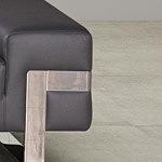 Party - detal wykonania sofy ze stalowymi metalowymi nogami, chromowanymi oraz ze stali szczotkowanej