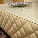 Pikowana szklany blat w ławie ze skóry