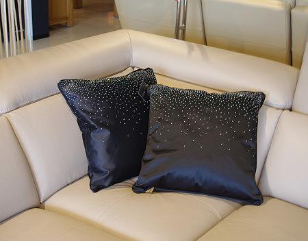 Poduszka czarna z cekinami kropki