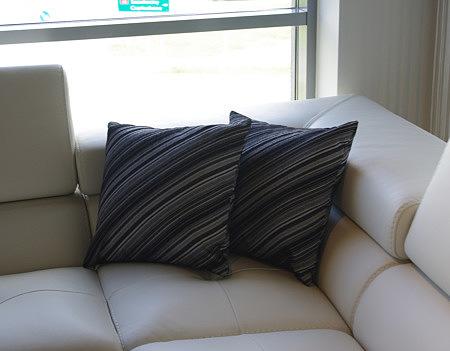 Poduszka w paski czarno-szara