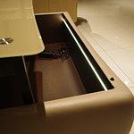profilowana ława z regulowanym szklanym blatem