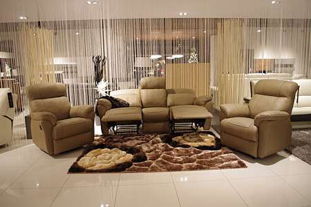 Elegancki komplet wypoczynkowy z funkcją relax - Nowoczesna elegancka sofa skórzana 3-osobowa, dwa fotele skórzane - aranżacja salonu w TC Tomasz Cembolista Wrocław meble na wymiar