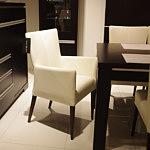 romuspod krzesło skórzane beżowe z podłokietnikiem