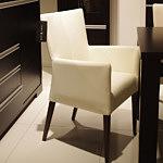 romuspod krzesło skórzane jasna skóra białe podłokietnik