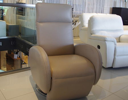 Skórzany fotel obrotowy z zaokrąglonymi bokami i wysokim oparciem