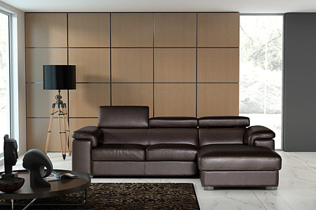 sofa w brązowej skórze z regulowanymi zagłówkami