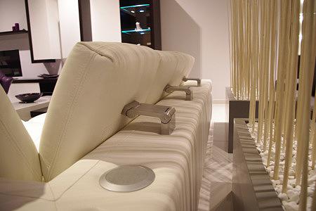 Sofa z regulowanymi ragłówkami i głośnikami