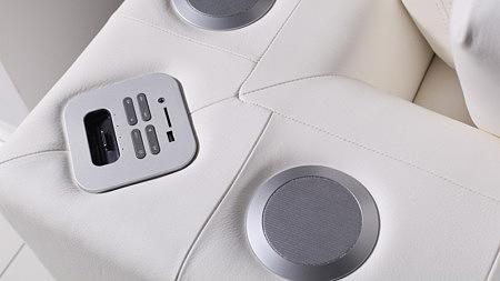 sofa z systemem nagłośnienia audio