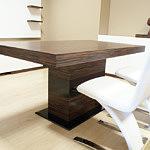 tau stół do salonu z białymi krzesłami ze skóry