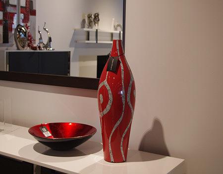 wazon czerwony zdobiony wzorem